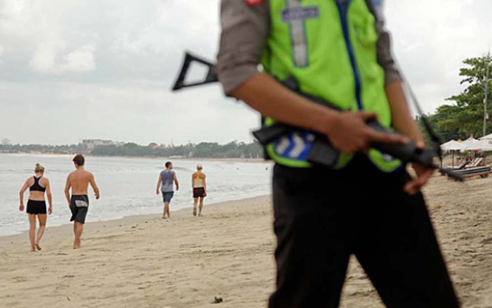 Police officer guard Kuta Beach Bali (Johannes P. Christo)