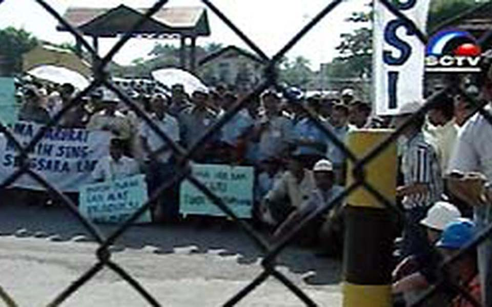 Contract workers protest against ExxonMobil in Aceh (Liputan 6)