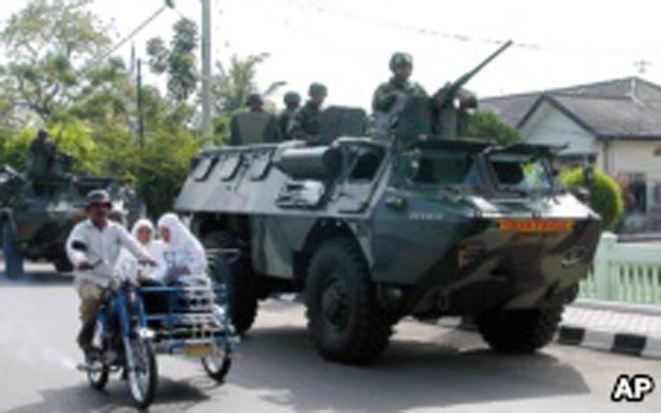 Indonesian military patrolling streets in Lhokseumawe (AP)