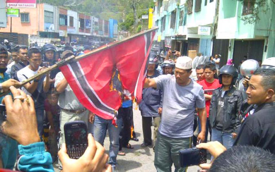 Protesters set fire to GAM flag in Aceh (Serambi)