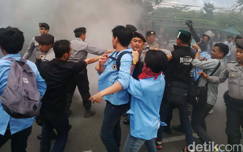 Student demonstrators in Bandung clash with police (Detik)