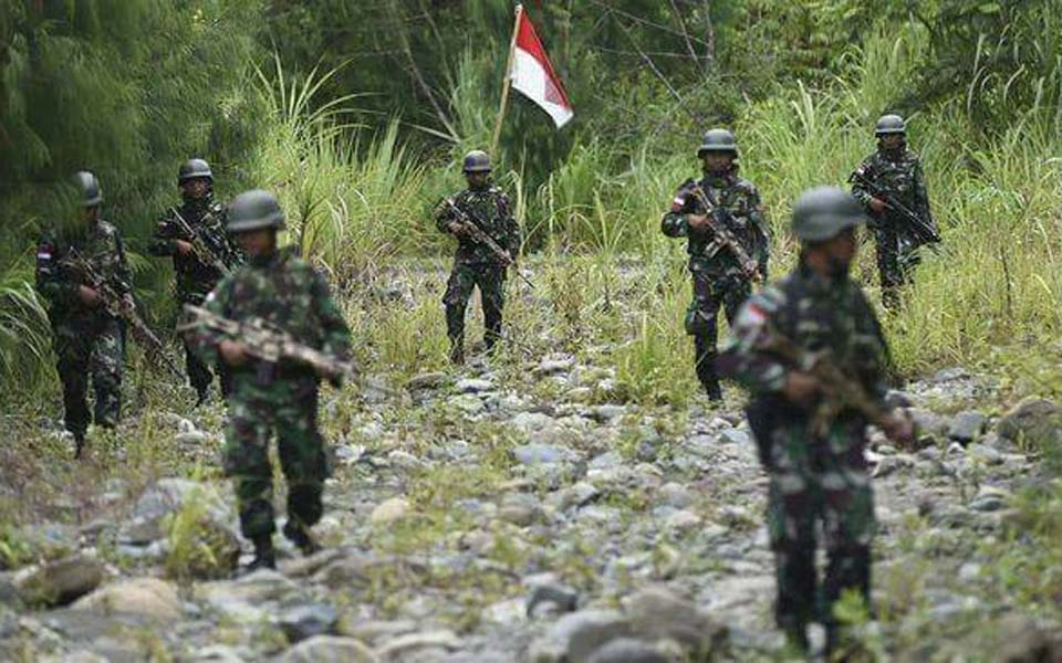 Indonesian soldiers on patrol in West Papua (Militer)