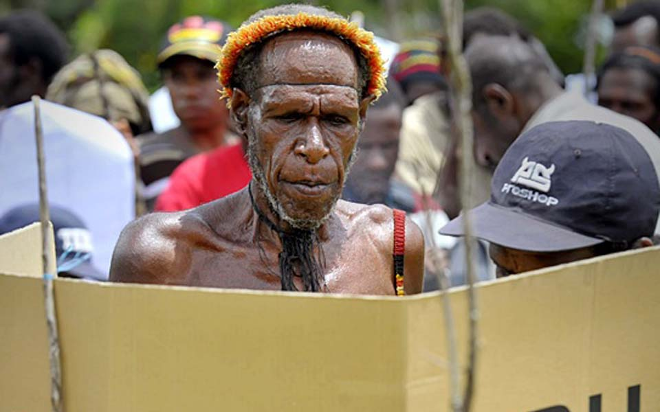 Papuan man casts vote in election (Tempo)