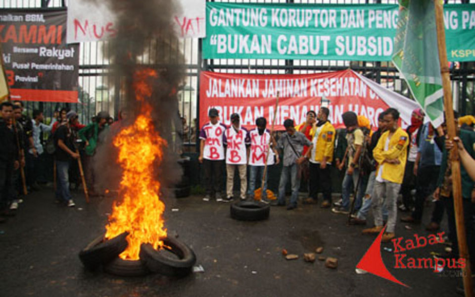 Student protest in front of House of Representatives (Kabar Kampus)