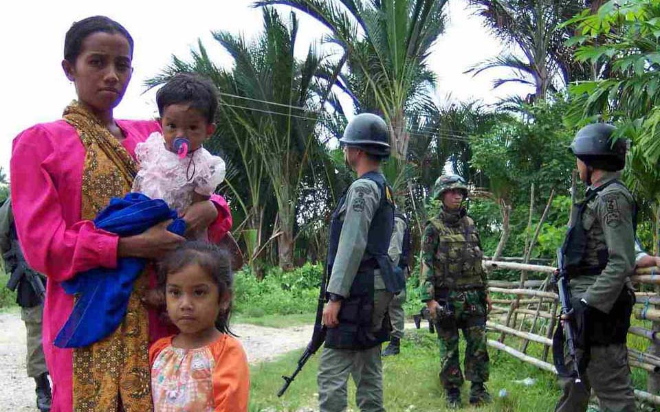 Woman and children pictured with Indonesian soldiers in Aceh (aboeprijadi)
