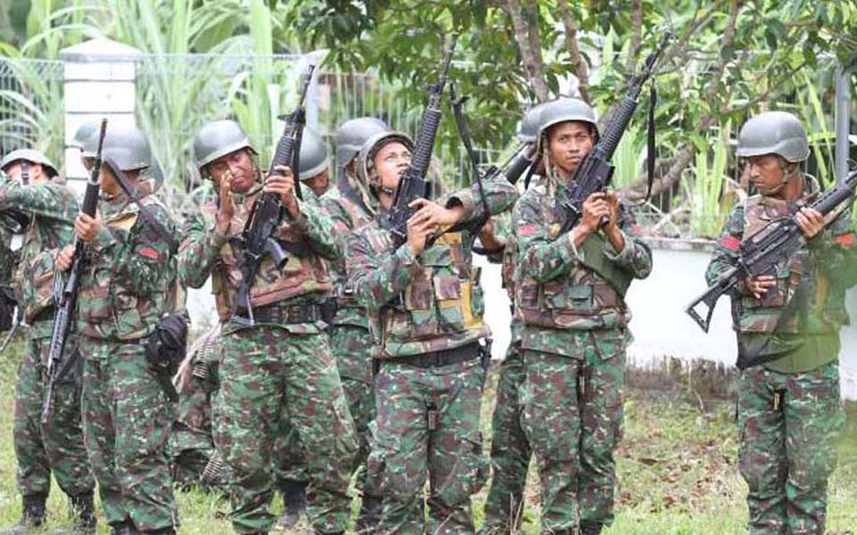 Indonesian soldiers inspect firearms in Aceh (Tribune)