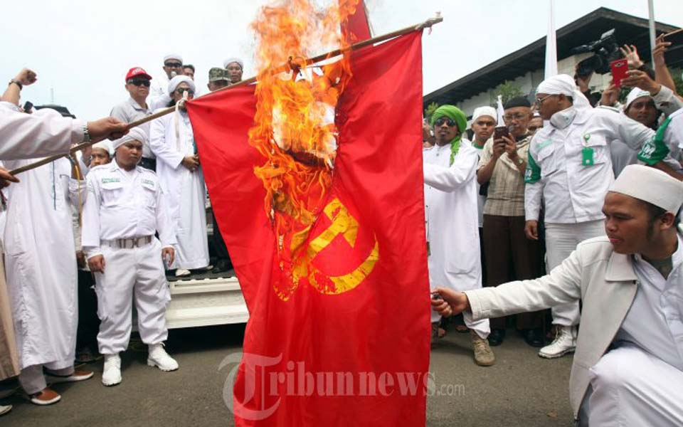 Islamic Defenders Front members burn communist flag (Tribune)