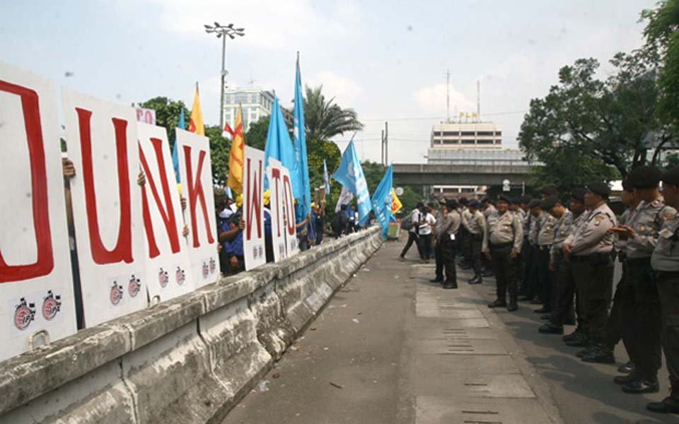 Police stand on alert at anti-WTO protest in Jakarta (Satu Harapan)