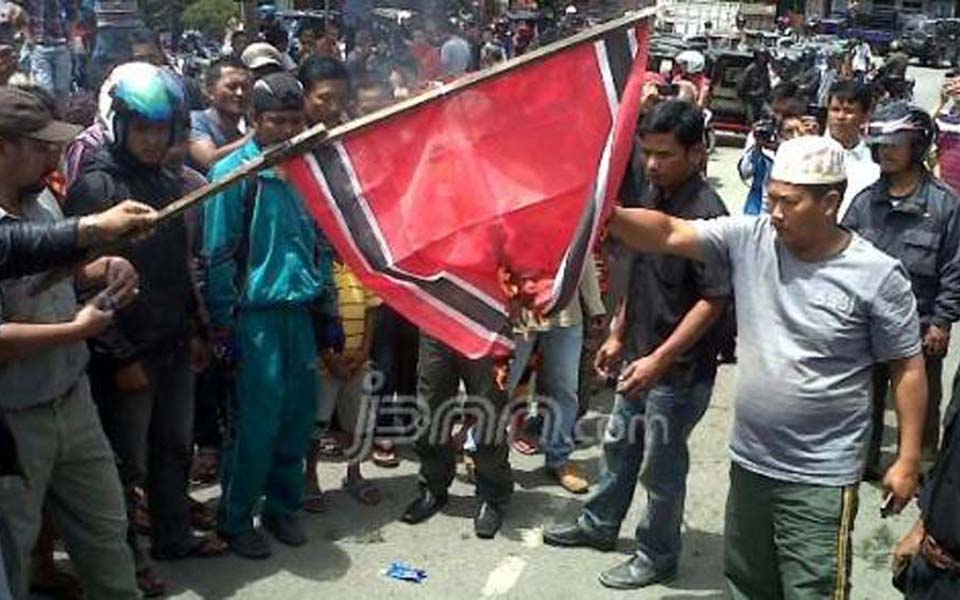 Protesters set fire to Free Aceh Movement flag (jpnn)