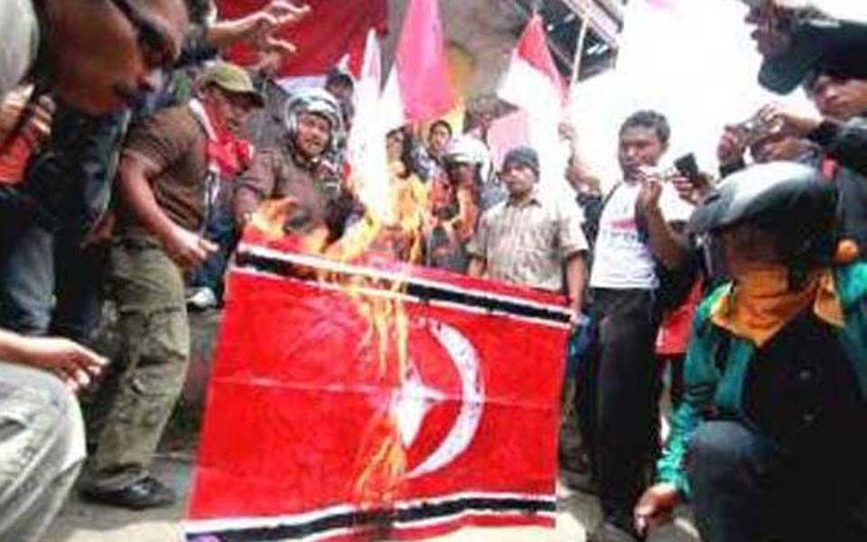 Protesters set fire to Free Aceh Movement flag (Tribune)