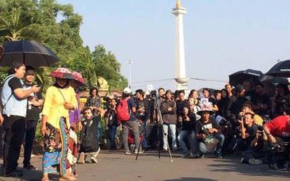 Suciwati speaking at protest in front of State Palace (Today)