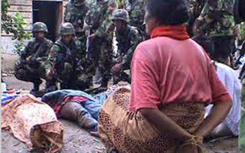 TNI troops look at bodies and tied prisoner in Aceh (achehcybermilitary)