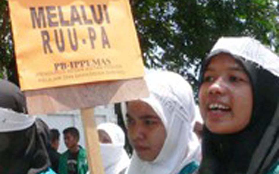 Students in Aceh demonstrate in support of the Draft Law on Aceh Government (Detik)