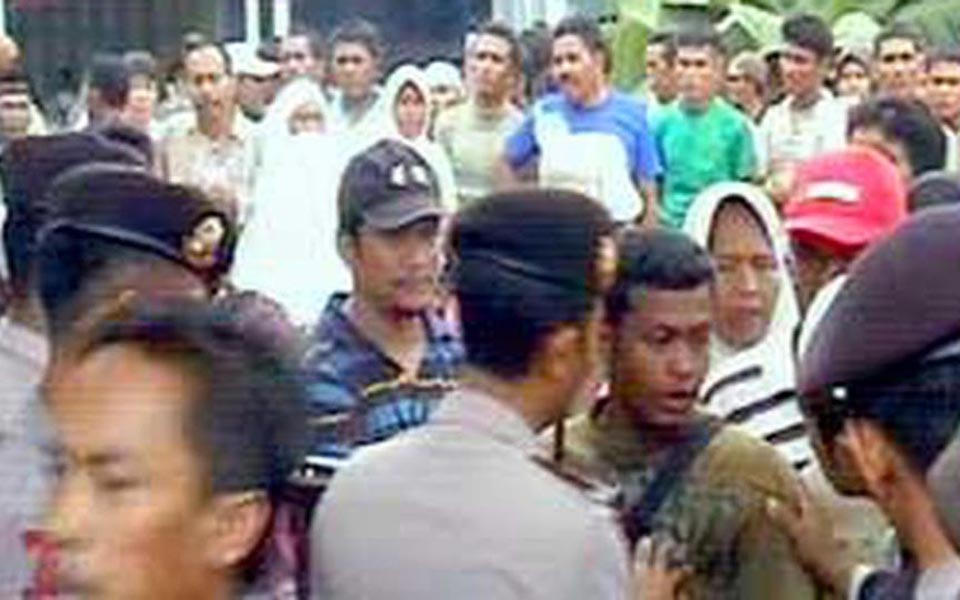 Protest at Aceh Reconstruction and Rehabilitation Agency (Liputan 6)