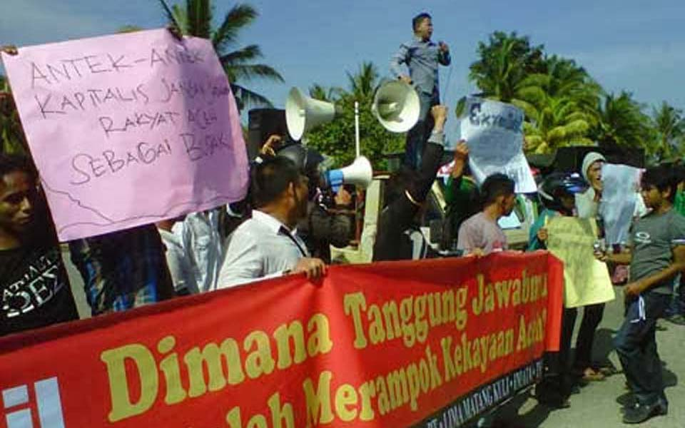 Students protest against Exxon Mobil in Aceh (Berita Hukum)