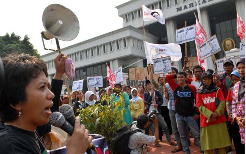 Munir's wife Suciwati speaks at Munir solidarity action in front of Supreme Court (Antara)