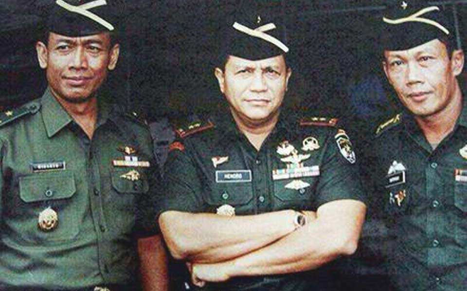 Sutiyoso (right) pictured with Wiranto and Hendropriyono (Arah Juang)
