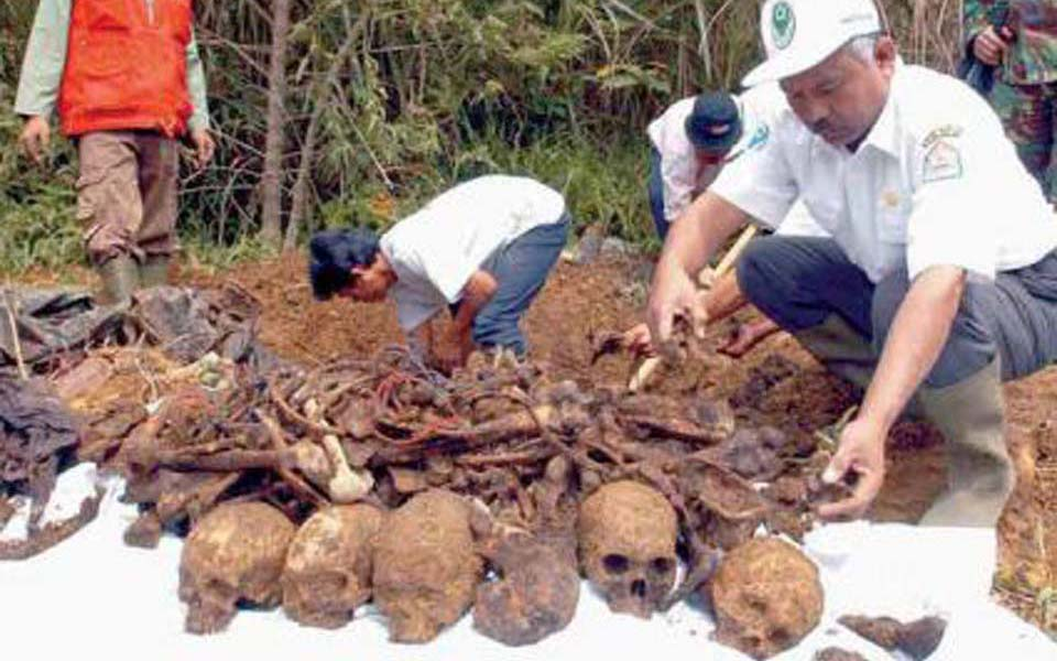 Mass grave in Aceh (motherjones)