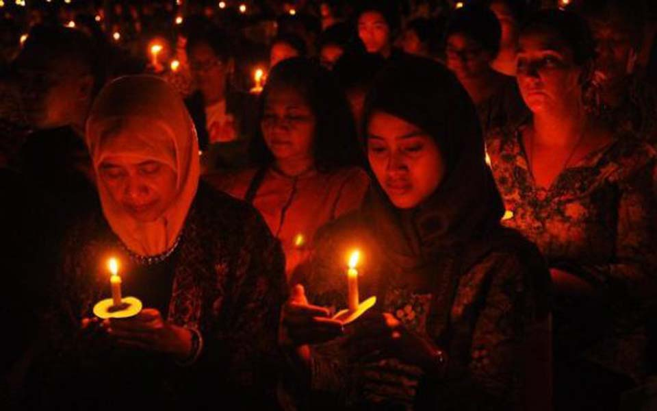 Candle lit vigil for religious tolerance (Selalu Indah)