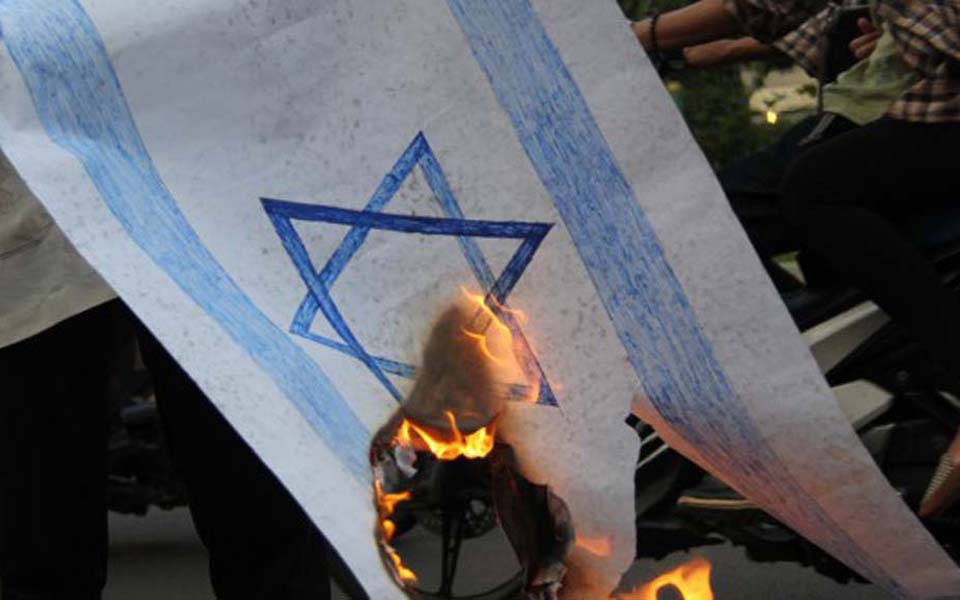 Protesters burn Israeli flag (Ahlulbait Indonesia)