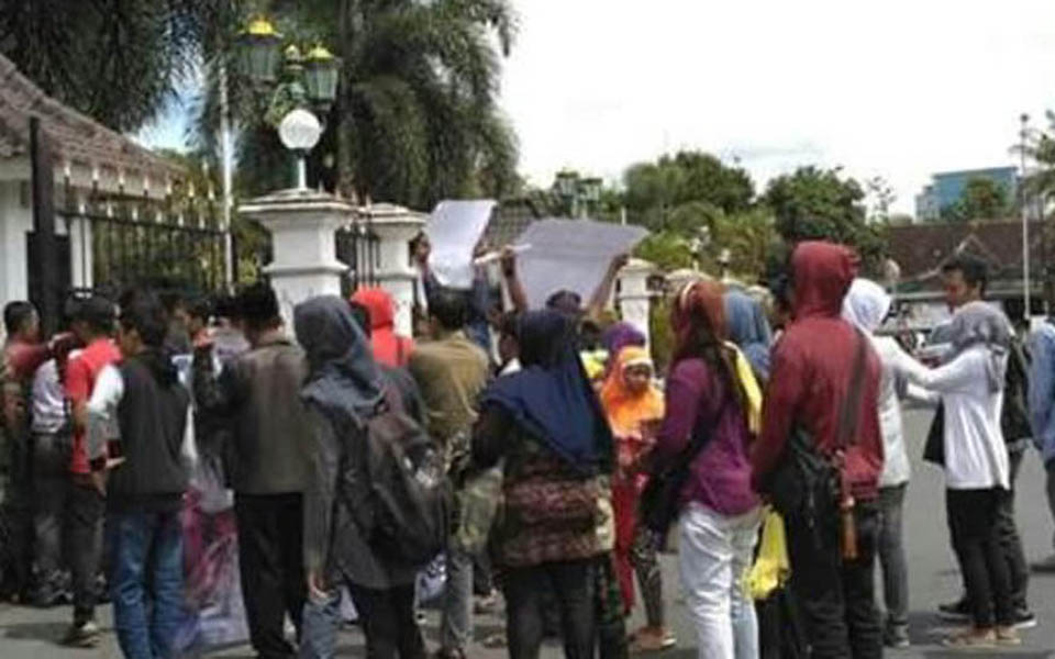 Parangkusumo residents gather in front of Bantul regents office (Merdeka)