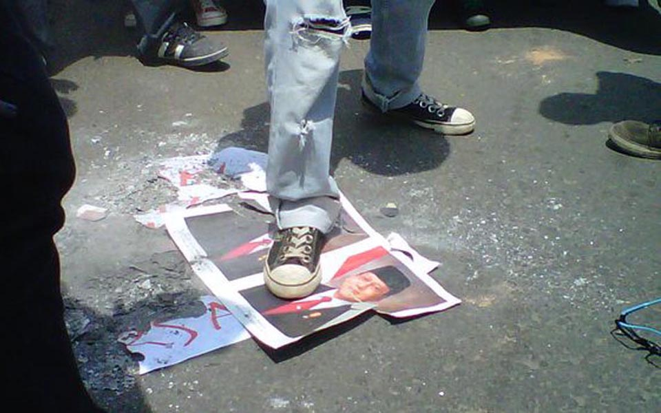 Students burn pictures of SBY-Boediono (Tribune)