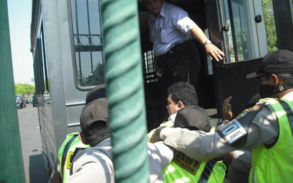 Suryanta Ginting being arrested in front of State Palace - August 2, 2011 (WPM)