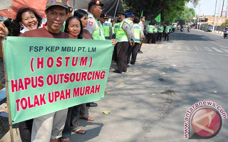 Acehnese workers rally against low wages and outsourcing (Antara)