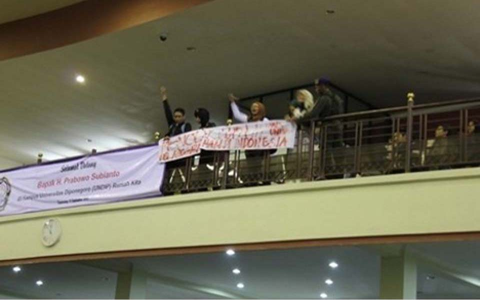 Students unfurl banner reading Reject Forgetting during Prabowo Subianto lecture at Undip - September 11, 2012 (Detik)