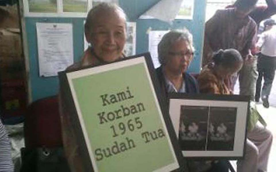 Former Gerwani member Sumarsih takes part in protest against Komnas HAM - January 17, 2012 (Tribune)