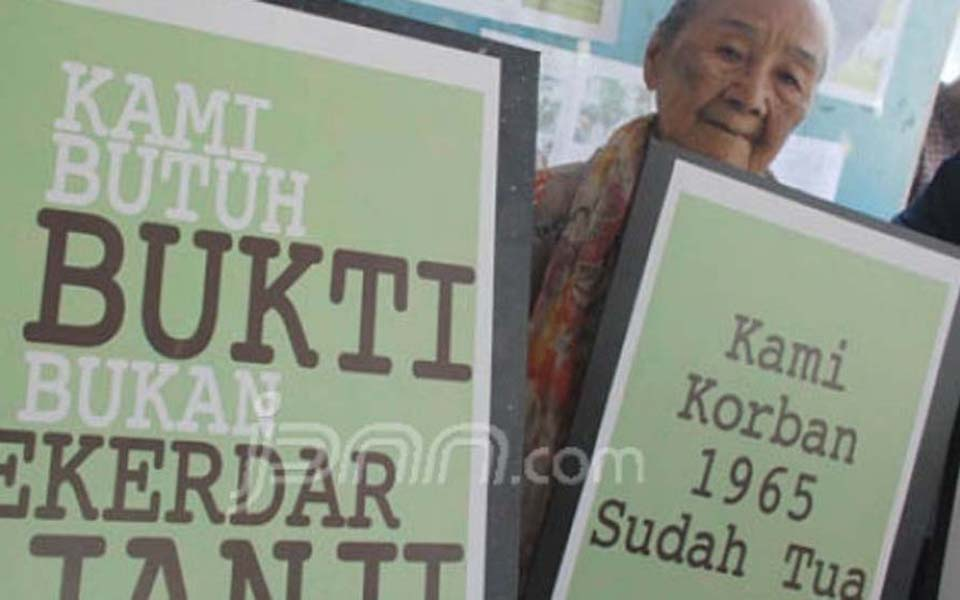 Victims of the 1965-66 affair protest at Komnas HAM office in Jakarta - January 17, 2012 (JPNN)