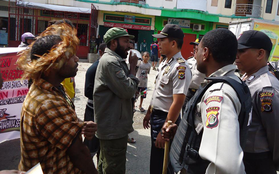 Victor Yeimo negotiating with Papua police chief Alfred Papare moments before his arrest - December 1, 2012 (KNPB)