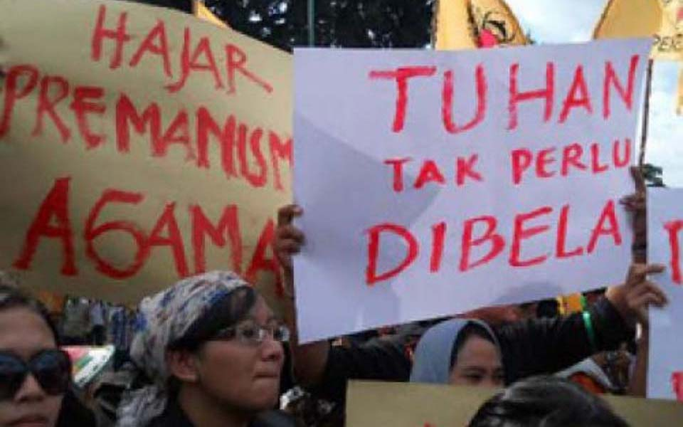 Women activists in Yogyakarta protest closure of Irshad Manji book discussion - May 11, 2012 (Detik)