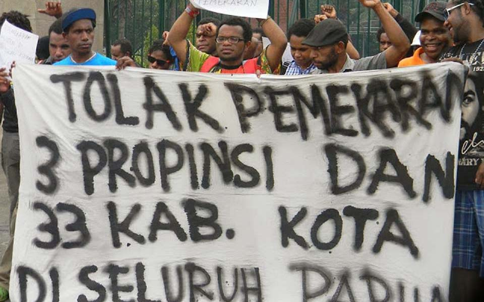 AMP students rally against creation of new administrative districts in West Papua - November 4, 2013 (Suara Kolaitaga)