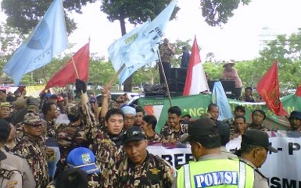 FKPPI members protest against Komnas HAM - April 12, 2013 (Detik)