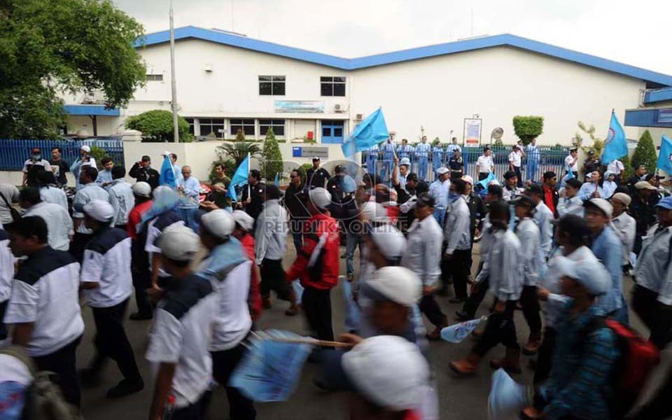 FSPMI, Aspek and KSPI workers rally for higher wages in Surabaya - October 31, 2013 (Republika)