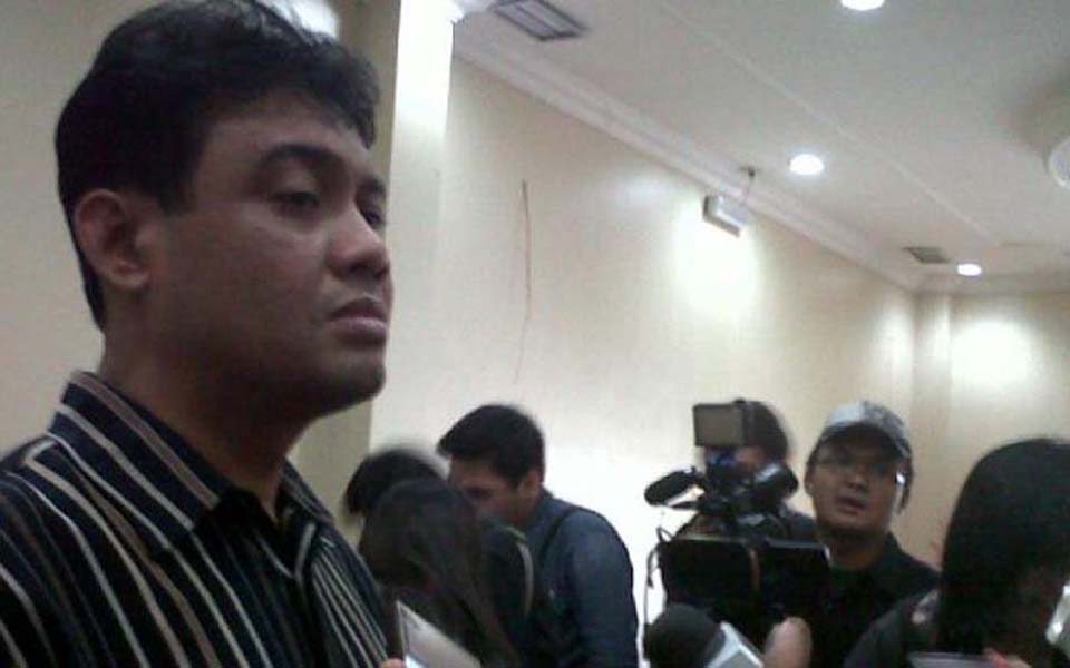KSPI President Said Iqbal speaking to reporters in Jakarta - September 20, 2014 (Kompas)
