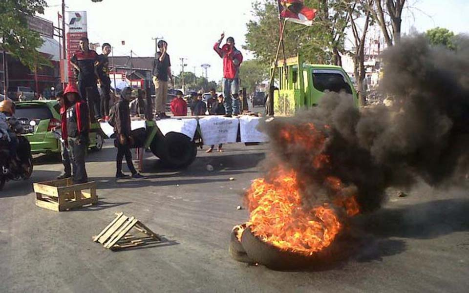 Students blockade road during protest action in Makassar - 2013 (Tribune)