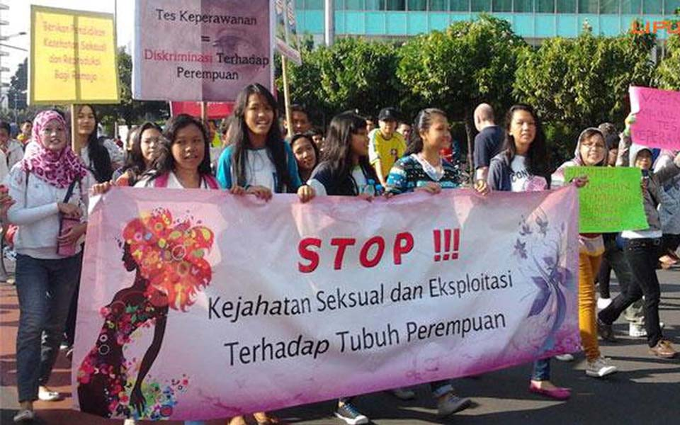 Women protest virginity tests at Hotel Indonesia traffic circle in Jakarta - September 15, 2013 (Liputan6)