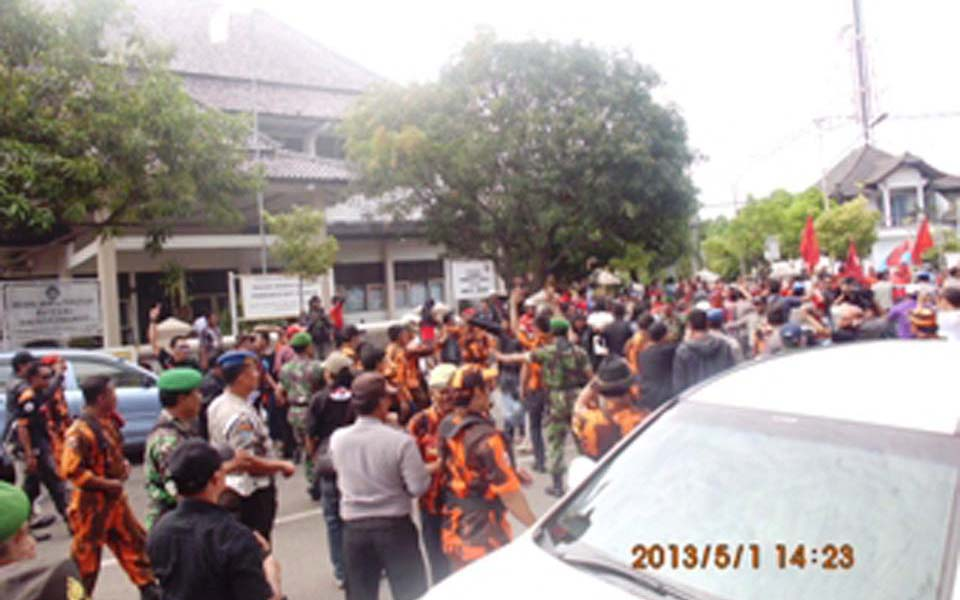 Workers face off against Pancasila Youth in Indramayu - May 1, 2013 (ppvsburuh)