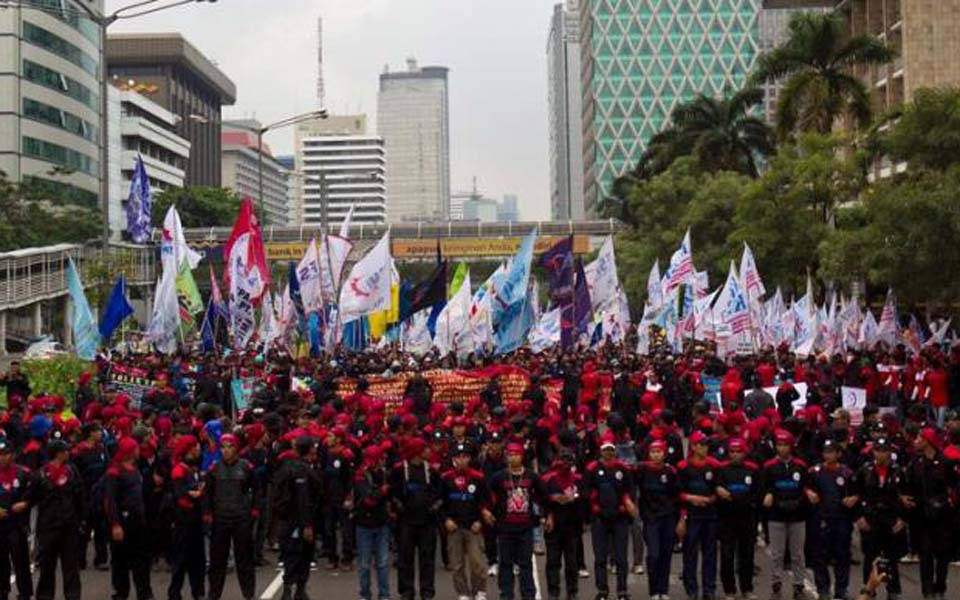 Workers march from HI traffic circle to State Palace to protest low wages - December 22, 2012 (Kompas)