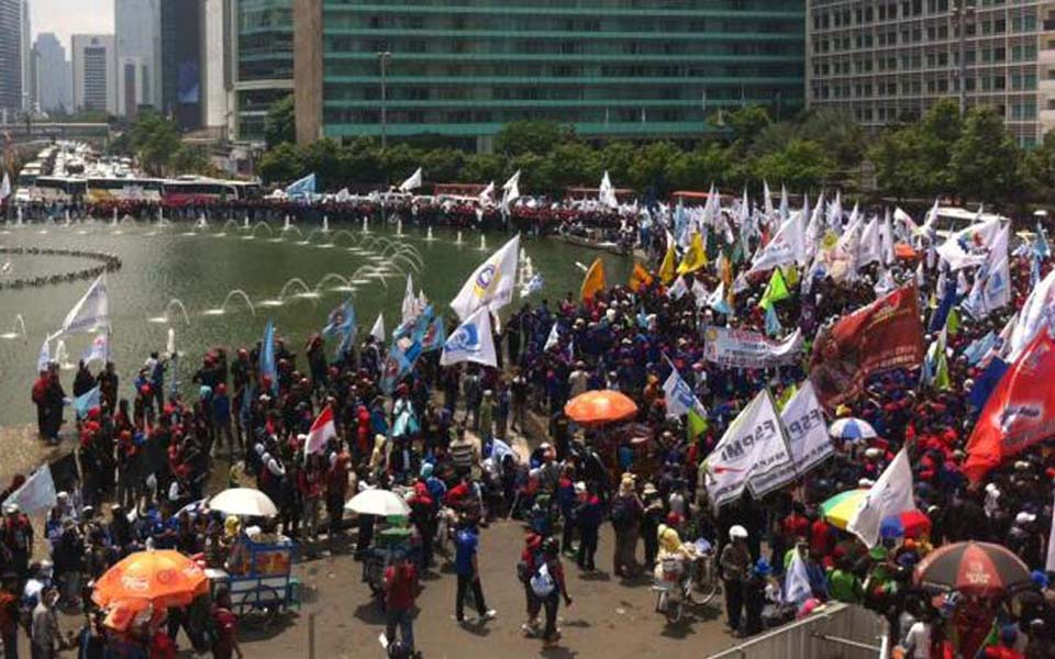 Labour rally at Hotel Indonesia traffic circle in Central Jakarta - December 10, 2014 (Kompas)