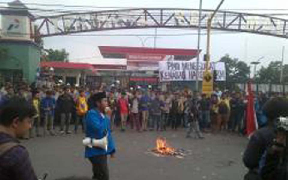 PMII students give speeches after blockading Pertamina fuel terminal in Malang - November 18, 2014 (Tribune)