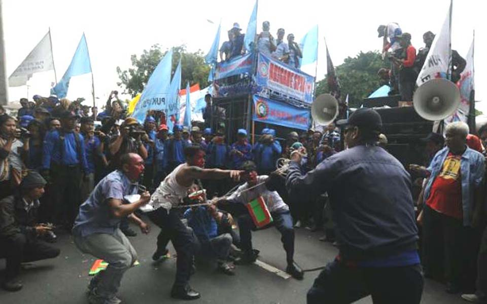 Police attack rally by PT Super Steel Indah workers - June 27, 2014 (Viva)