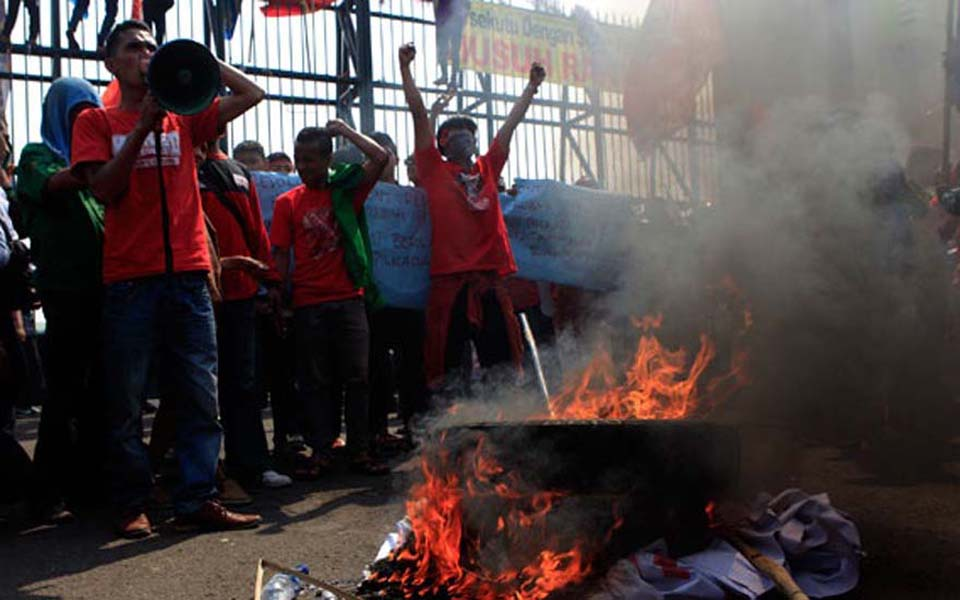 Protesters burn tyres during rally against RUU Pilkada at DPR building - September 25, 2014 (Tempo)