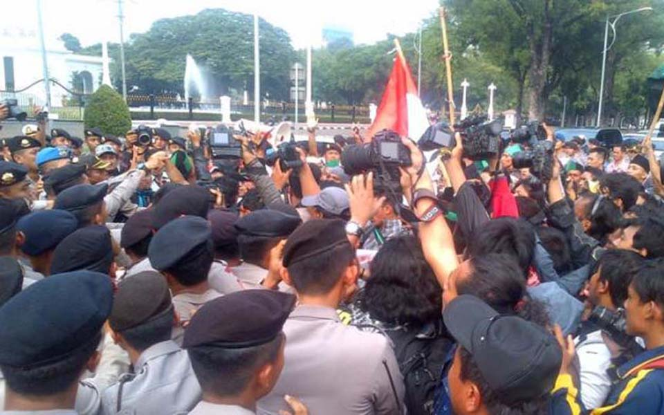 Protests against fuel price hikes in Jakarta - November 19, 2014 (Tribune)