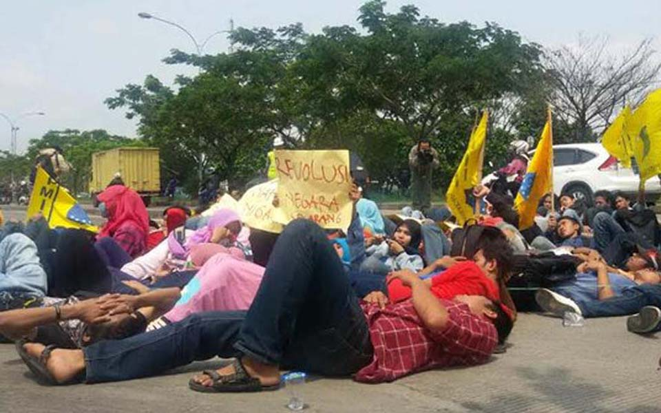 Student protest against fuel price hikes in Bandung - November 20, 2014 (Merdeka)