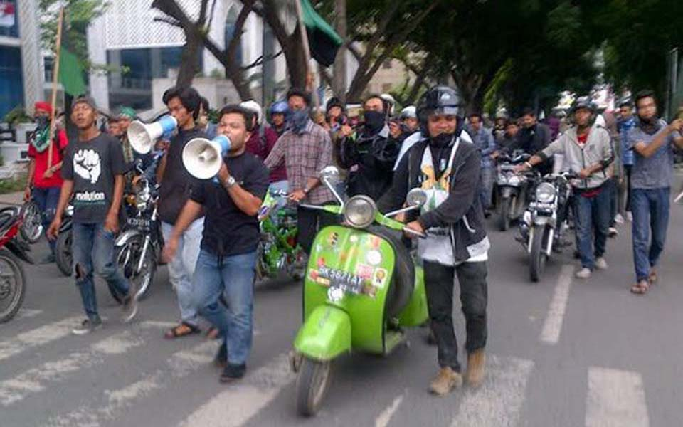 Students protest against fuel price hikes in Medan - November 19, 2014 (Merdeka)