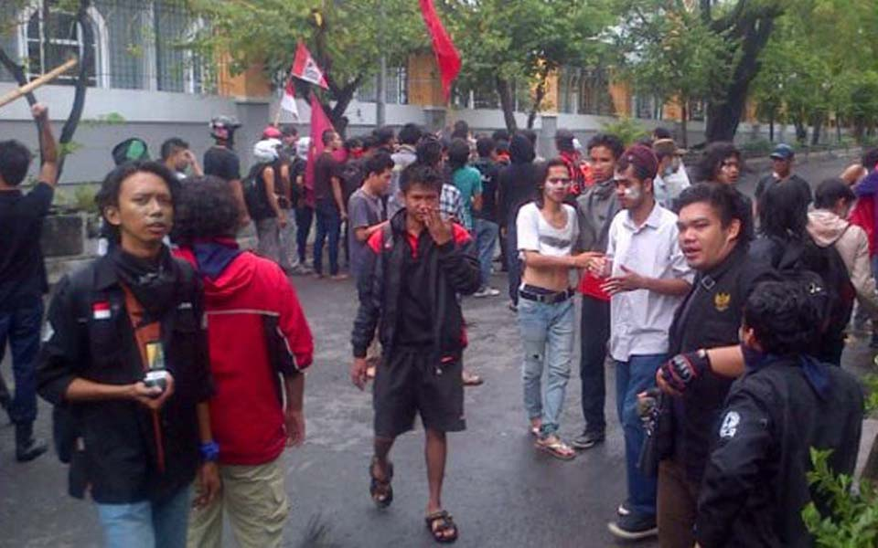 Students protest against fuel price hikes in Yogyakarta - November 19, 2014 (Merdeka)