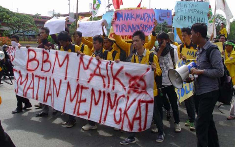 Students rally in Jakarta against fuel price hikes - November 18, 2014 (Metro Sulawesi)